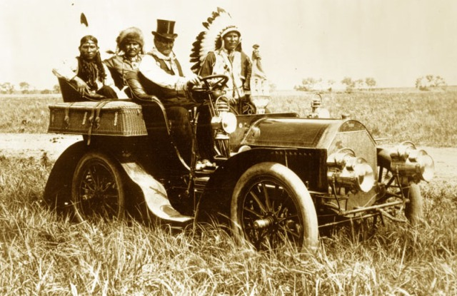 Geronimo_in_a_1905_Locomobile_Model_C